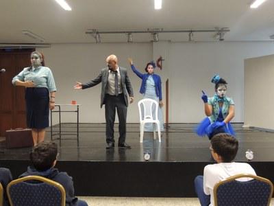 Apresentação de teatro proporciona reflexão sobre a valorização do tempo