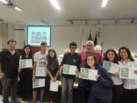 """Cerimônia premia """"alunos destaques"""" do 9º ano e Ensino Médio"""