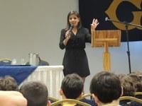 Repórter Camila Saenz conta sua rotina profissional aos alunos dos 4ºs anos
